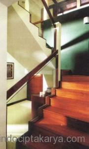 railing tangga berkaca
