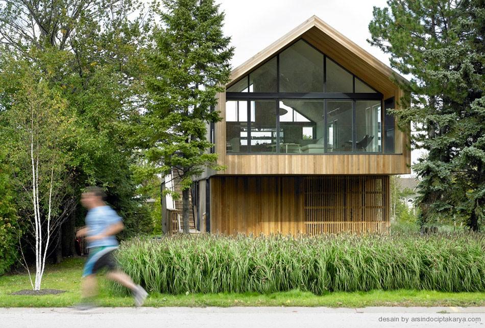 Bangunan rumah kayu akan lebih terlihat alami jika disekitarnya