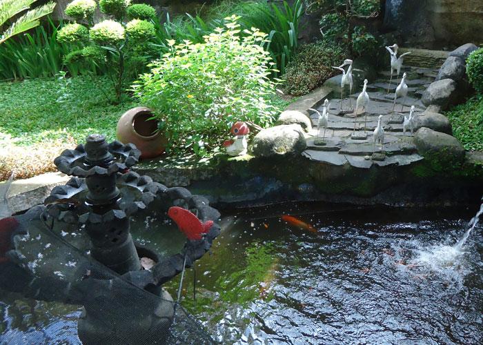 kolam ikan mungil dalam rumah