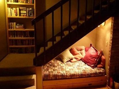 memanfaatkan ruang bawah tangga untuk kamar tidur