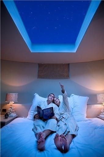 kamar tidur dengan atap terbuka